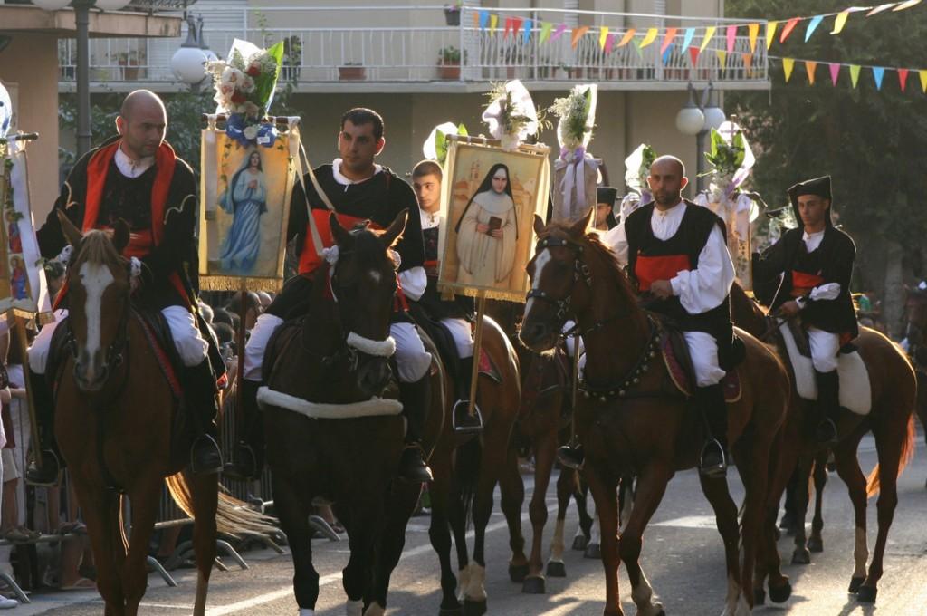hotel-nettuno-cala-gonone_slider-folklore-sfilata-cavallo-1